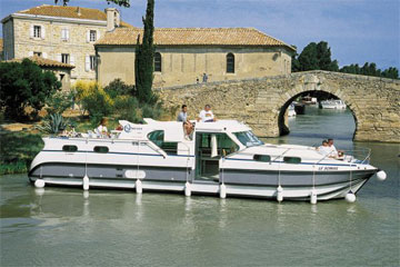 Cruisers for hire on the Saône River in Burgundy France - C1350B