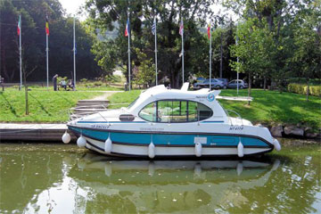 Cruisers for hire on the Saône River in Burgundy France - Duo