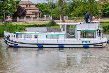 Cruisers for hire on the Saône River in Burgundy France - P1106FB