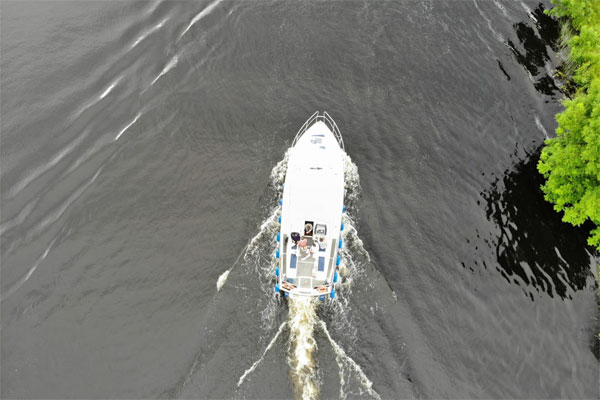 Shannon Boat Hire Gallery - This looks scarily like a shot from Jaws... no sharks though