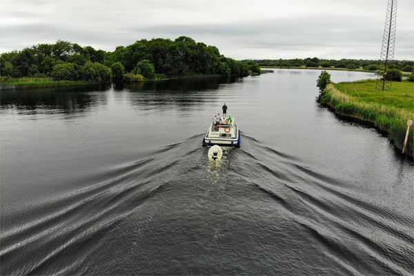Shannon Boat Hire Gallery - Leaving a gentle wake