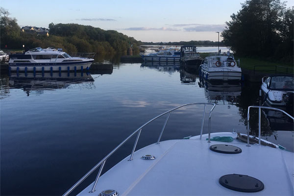 Shannon Boat Hire Gallery - Coming into mooring on an Elegance