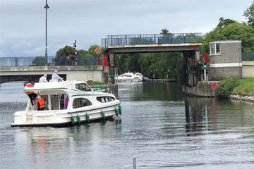 Shannon Boat Hire Gallery - The bridge is up - Go Go Go