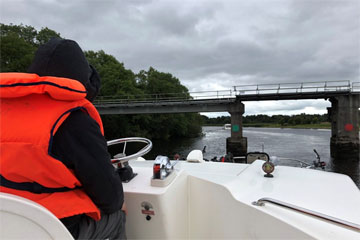 Shannon Boat Hire Gallery - A very low-speed chase
