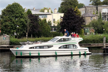Shannon Boat Hire Gallery - Gently cruising on a Caprice