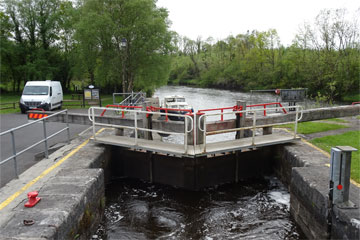Shannon Boat Hire Gallery - Approaching a Lock