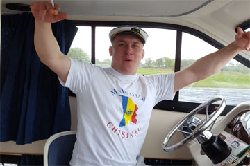 Shannon Boat Hire Gallery - Look, no hands!