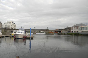 Shannon Boat Hire Gallery - Coming to moor in Athlone