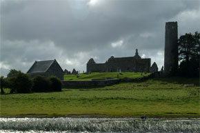 Shannon Boat Hire Gallery - Passing Clonmacnoise