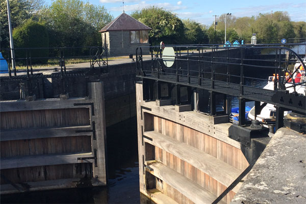 Shannon Boat Hire Gallery - Entering a lock on a Shannon Star