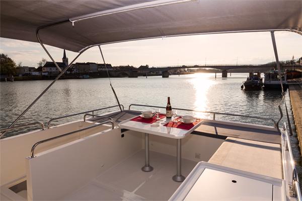 Flybridge on the Horizon 5 Cruiser