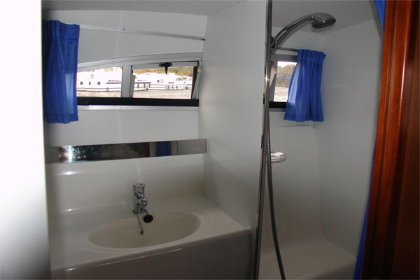 Bathroom on the Noble Duke Hire Cruiser