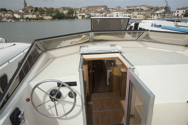 Top helm steering position on the Lake Star hire boat.