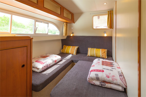 Aft cabin on the Tipperary Class hire boat