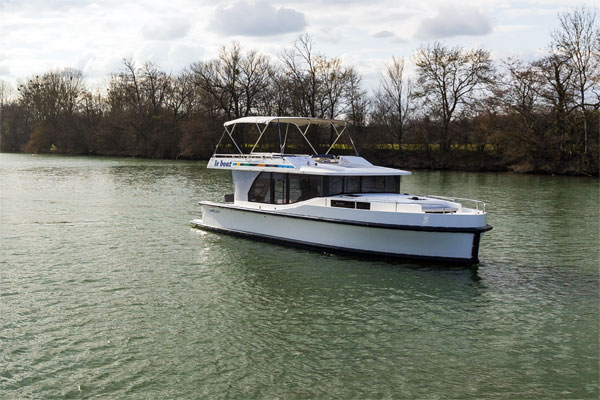 The Horizon 4 8+1 berth hire cruiser