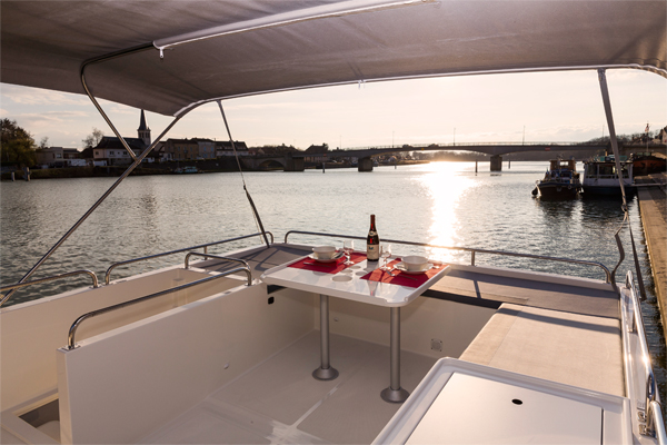 Flybridge on the Horizon 2S Hire Boat