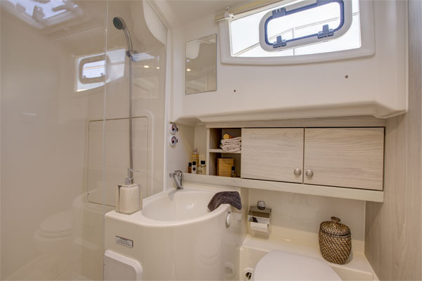 Bathroom on the Horizon Class Hire  Boat